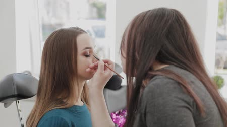 corar : Professional makeup artist woman stirs makeup cream on a palette. Stock Footage