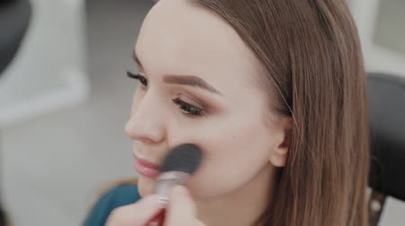 tusz do rzęs : Professional makeup artist woman stirs makeup cream on a palette. Wideo
