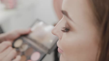 contorno : Professional makeup artist woman stirs makeup cream on a palette. Stock Footage