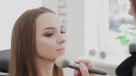 Professional makeup artist woman stirs makeup cream on a palette. Vídeos