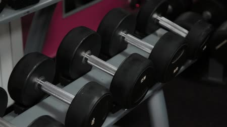 sollevamento pesi : Set, a rack of dumbbells of different sizen for training, close-up.
