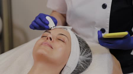 diyabet : A professional beautician measures the condition of the skin using an instrument. Stok Video