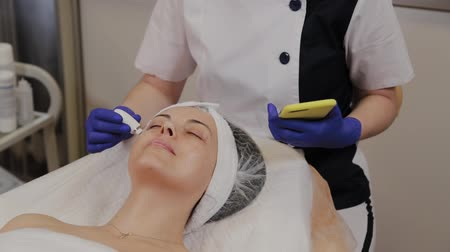 glicose : A professional beautician measures the condition of the skin using an instrument. Stock Footage