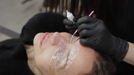 laminação : A professional beautician in a beauty salon applied a special gel for eyelash lamination to eyelashes.