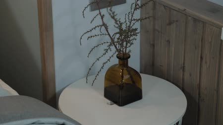 fragilidade : Beautiful vase on the bedside table. Minimalism and a modern interior.