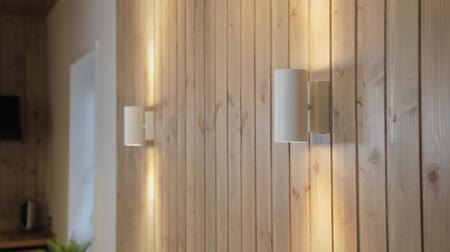 lampara de pie : Modern lamps on a wooden wall in the house.