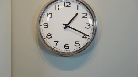 wandklok : Modern quartz clock on the wall in the house.