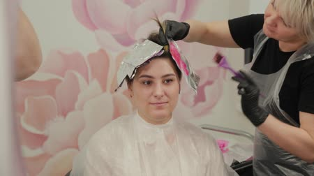 sampon : Professional hairdresser woman washes hair dye girl.