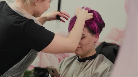 escova de cabelo : Professional hairdresser woman styling girl after dyeing hair.