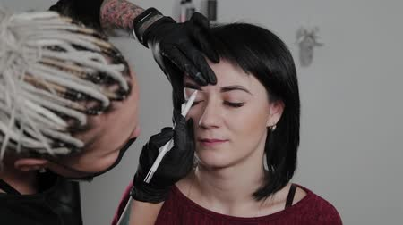 marcatura : Professional permanent make-up artist does eyebrow marking for a client. Filmati Stock