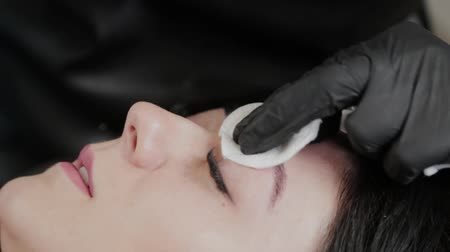 tatuagem : A professional permanent makeup artist does permanent eyebrow makeup with a tattoo machine.