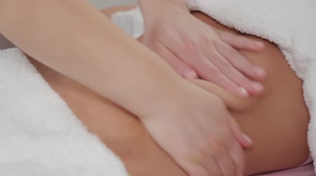 toalha : Woman massage therapist does massage on the stomach of a young girl. Stock Footage