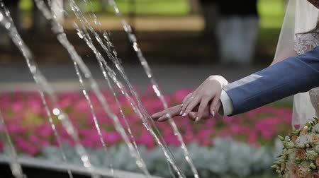núpcias : Hands of the newlyweds at the fountain. Vídeos