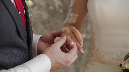 zasnoubený : The groom puts the wedding ring on finger of the bride. marriage hands with rings. The bride and groom exchange wedding rings. Dostupné videozáznamy