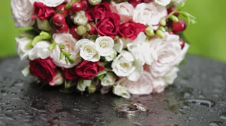 casar : Beautiful golden wedding rings with an elegant bridal bouquet.