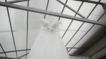 gruccia abiti : Beautiful white wedding dress hanging on the street.