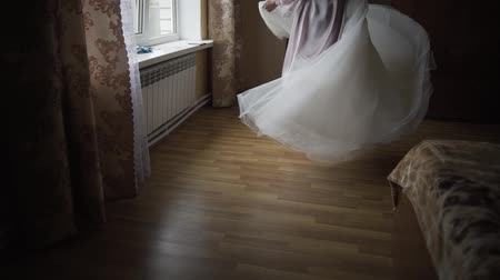 adorno : The bride spins in a light wedding dress.