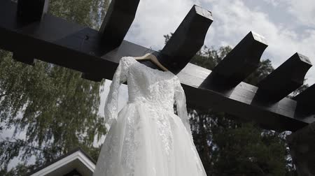 sem camisa : Beautiful white wedding dress hanging on the street.