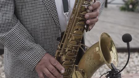 saxofon : Saxophonist musician playing saxophone or sax at the concert or party.