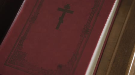 paus : Orthodox bible in the church. Stockvideo