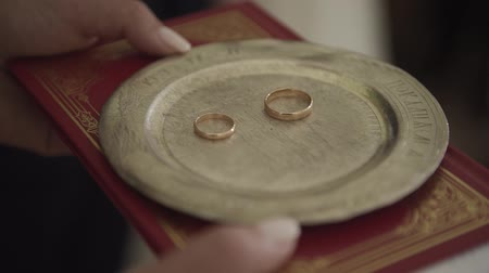 подвенечное платье : Beautiful gold wedding rings in the church.