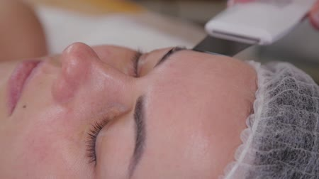rejuvenescimento : Professional cosmetologist woman doing ultrasonic face cleaning to patient. Vídeos