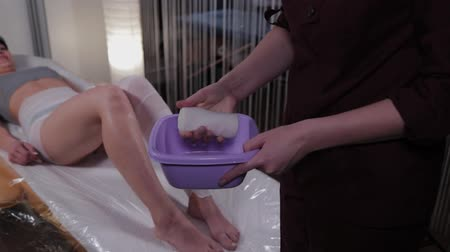 primeros auxilios : Female doctor wet a bandage in a special solution. Archivo de Video