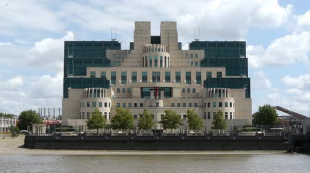 bağ : The headquarters building of the UK Secret Intelligence Service. Known as MI6 the SIS has been based at this building at Vauxhall Cross on the south bank of the Thames since 1995. The architect was Terry Farrell. Stok Video