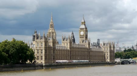 büyük : The Palace of Westminster, also known as the Houses of Parliament. It is the seat of the two houses of the Parliament of the United Kingdom (the House of Lords and the House of Commons). The palace lies on the north bank of the River Thames in the London