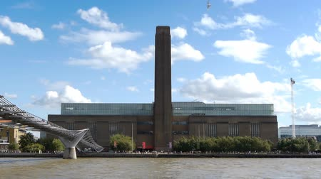 The chimney of Tate Modern art gallery and part of the Millenium Bridge over the Thames. Vídeos