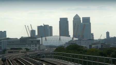 купол : The Millenium Dome with Canary Wharf in the background.