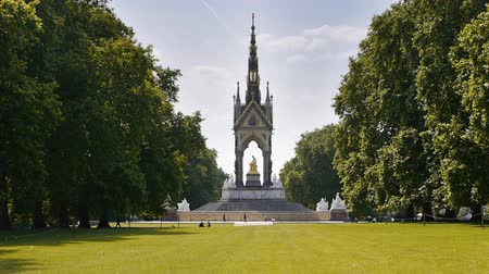 londra : The Albert Memorial is situated in Kensington Gardens, London. The memorial was designed by Sir George Gilbert Scott in the Gothic revival style. Stok Video
