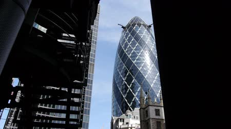 bina : Gherkin, London City Office tower. Camera move. Slow motion Stok Video