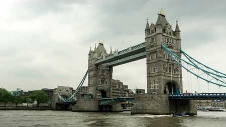 tower bridge : Moving camera time lapse of Tower Bridge in London, England. Stock Footage