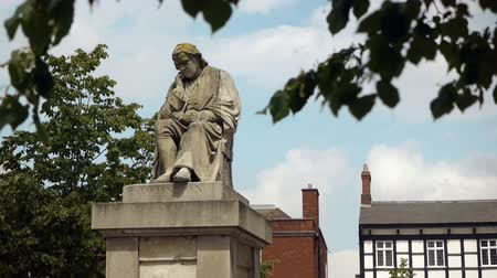 local de nascimento : Statue of Dr Johnson opposite his birthplace in Lichfield, England. Stock Footage