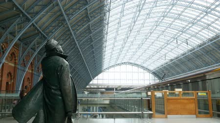 költő : Poet John Betjeman at Kings Cross. He campaigned to save the station   from demolition in the 1960s.