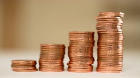 crescimento : Four stacks of copper coins build up. Like a bar   graph of rising profit. Stock Footage