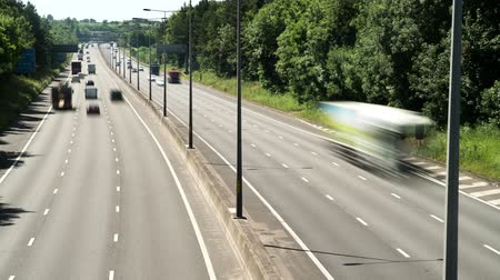 Shot from a bridge over the M5 in Worcestershire, time lapse the traffic on a stretch of the road with trees either side. Vídeos