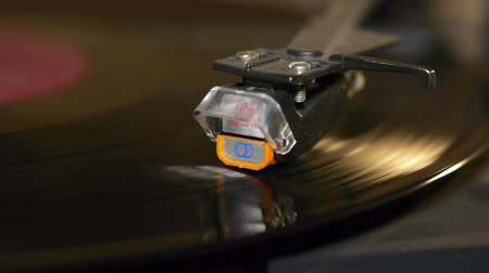 agulha : Record playing on turntable. Macro. Shallow DOF.