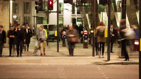 večer : Time-lapse of Pedestrians crossing a road at night, London, England