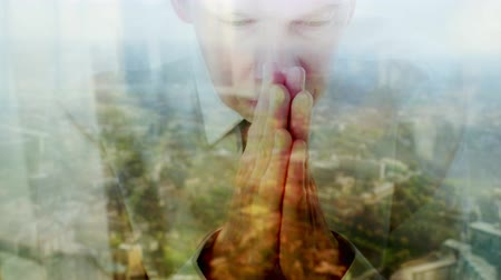 promessa : Reflection of a caucasian businessman praying against a window with a cityscape behind  themes of belief thankful spirituality religious Stock Footage