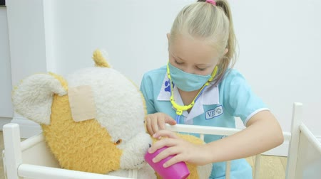 плюшевый мишка : Pre teen caucasian girl nursing her teddy bear