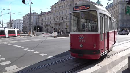 маркировка : City tram is a motorway intersection in the center of capital of Austria, Vienna city Стоковые видеозаписи