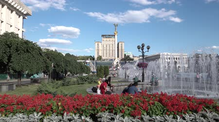 maidan : Kyiv, Ukraine, Maidan Nezalezhnosti. Blooming flower beds and fountains on a sunny day Stock Footage