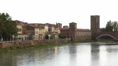 fortificado : Picturesque panorama of Castelvecchio and Scaliger Bridge (Ponte Scaligero) on the river in Verona, Italy