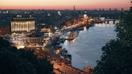mensagens : Beautiful square on the Dnieper river, Post Square, River station, Harbor Bridge Evening panorama of Podol in Kyiv Vídeos