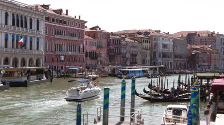 гондола : Scenic view of the canal on a sunny afternoon in the center of Venice, Italy Стоковые видеозаписи