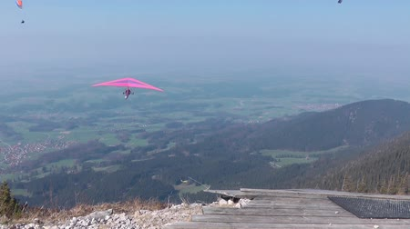 hangen : Deltavliegen in de bergen Stockvideo