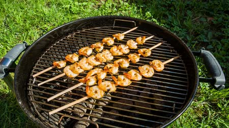 karides : Shrimp grilled over charcoal on the barbecue Stok Video