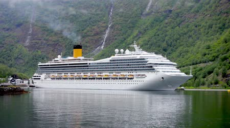 dağ evi : Cruise Ship, Cruise Liners On Hardanger fjorden, Norway Stok Video